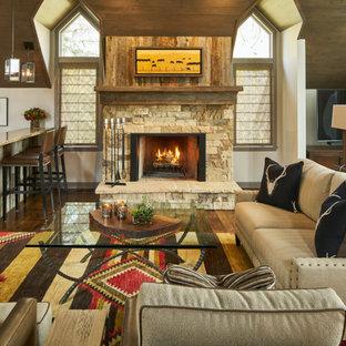 Salon sud-ouest américain avec un manteau de cheminée en pierre ...