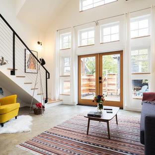 Foto de salón para visitas abierto, de estilo de casa de campo, sin televisor, con paredes blancas, suelo de cemento y suelo gris