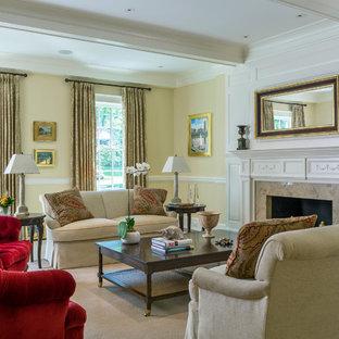 Idee per un grande soggiorno aperto con sala formale, pareti gialle e moquette