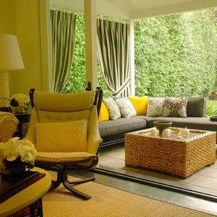 ロサンゼルスの大きいモダンスタイルのおしゃれなLDK (白い壁、無垢フローリング、標準型暖炉、茶色い床) の写真