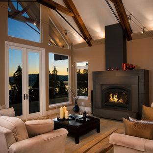 Foto di un soggiorno contemporaneo aperto con pareti beige, camino classico e pavimento in travertino