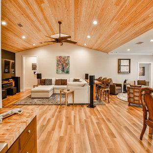 Immagine di un grande soggiorno chic aperto con sala formale, pareti beige, pavimento in gres porcellanato, nessun camino, TV a parete e pavimento marrone
