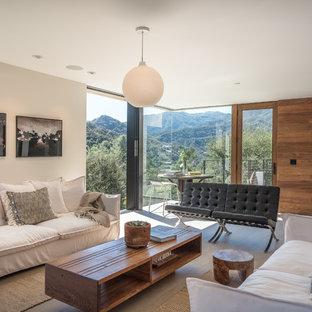 Imagen de salón abierto, actual, de tamaño medio, sin chimenea, con paredes marrones