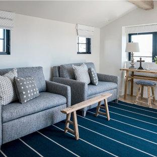 Exemple d'un salon bord de mer avec un mur blanc, un sol en bois clair, un plafond en poutres apparentes et un plafond voûté.