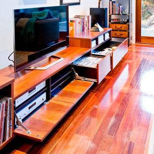 Idee per un grande soggiorno contemporaneo aperto con pareti bianche, pavimento in legno massello medio, nessun camino e TV autoportante
