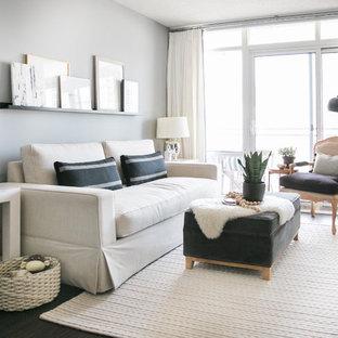 Foto di un piccolo soggiorno eclettico aperto con pareti grigie, parquet scuro e TV autoportante