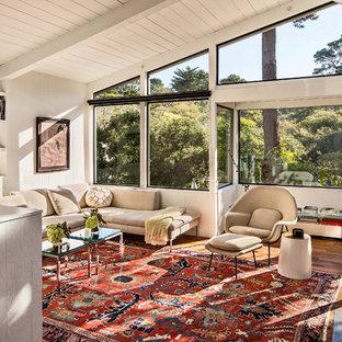 Mid-Century Wohnzimmer mit weißer Wandfarbe und braunem Holzboden in San Francisco