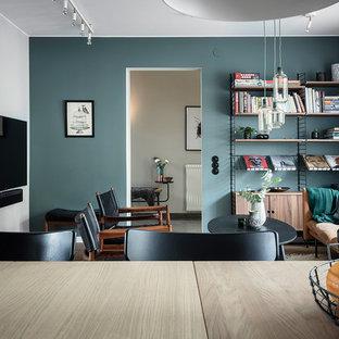 Idee per un grande soggiorno nordico aperto con pareti blu, parquet scuro, camino classico, cornice del camino in intonaco, TV a parete e pavimento marrone