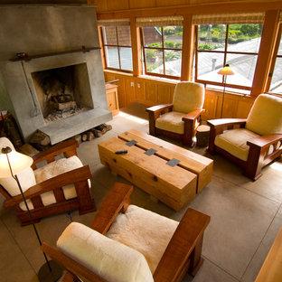 Immagine di un piccolo soggiorno chic chiuso con libreria, camino classico, cornice del camino in cemento e nessuna TV