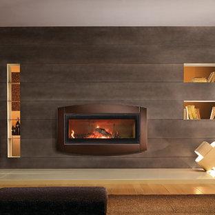 Foto de salón para visitas abierto, minimalista, grande, sin televisor, con paredes marrones, suelo de madera clara, chimenea lineal y marco de chimenea de metal