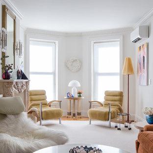 Cette image montre un salon bohème fermé avec un mur blanc, une cheminée standard, un manteau de cheminée en pierre et aucun téléviseur.