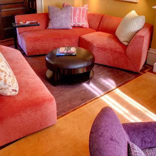 Foto di un soggiorno contemporaneo di medie dimensioni e chiuso con pareti gialle e moquette