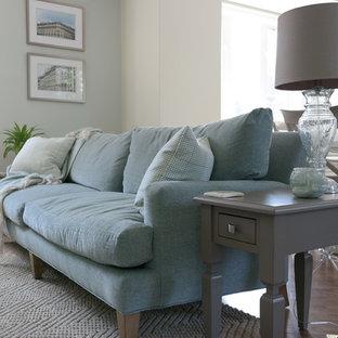 Imagen de salón para visitas abierto, romántico, de tamaño medio, sin televisor, con paredes marrones, suelo de madera en tonos medios y suelo marrón
