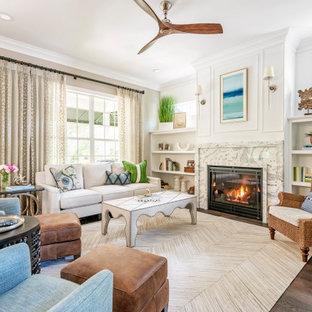 Repräsentatives, Fernseherloses, Abgetrenntes Klassisches Wohnzimmer mit weißer Wandfarbe, braunem Holzboden, Kamin, braunem Boden und Wandpaneelen in Tampa