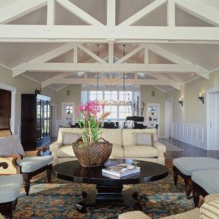 Idée de décoration pour un grand salon marin ouvert avec un mur beige, une salle de réception et un sol en bois foncé.