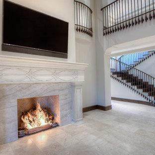 Foto di un ampio soggiorno classico stile loft con pareti bianche, pavimento in gres porcellanato, camino classico, cornice del camino piastrellata, TV a parete e pavimento bianco
