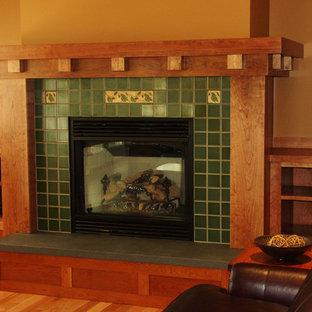Idee per un grande soggiorno american style aperto con sala formale, pareti marroni, pavimento in legno massello medio, camino classico e cornice del camino piastrellata