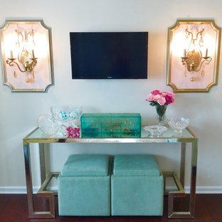Idee per un soggiorno classico di medie dimensioni e aperto con sala formale, pareti beige, parquet scuro, TV a parete e pavimento rosso