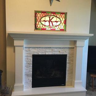 Modelo de salón clásico con chimenea tradicional, moqueta y marco de chimenea de piedra
