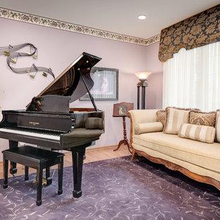 Idee per un piccolo soggiorno tradizionale chiuso con sala della musica, pareti viola, parquet chiaro, nessun camino e nessuna TV
