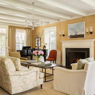 Modelo de salón con rincón musical cerrado, clásico, con paredes marrones, suelo de madera en tonos medios, chimenea tradicional, marco de chimenea de ladrillo y suelo marrón