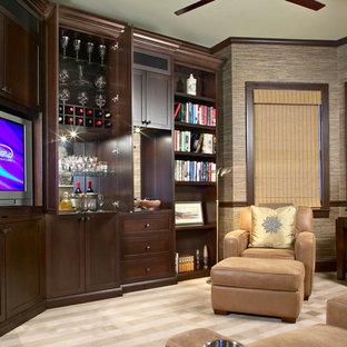 ニューヨークの小さいトラディショナルスタイルのおしゃれなリビング (茶色い壁、カーペット敷き、暖炉なし、据え置き型テレビ、ベージュの床) の写真