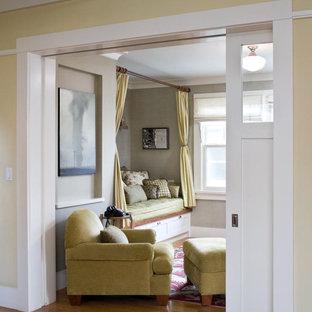 Klassisk inredning av ett separat vardagsrum, med gröna väggar och ljust trägolv