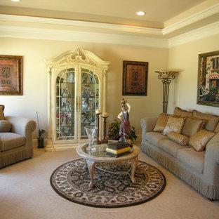 ヒューストンのトラディショナルスタイルのおしゃれな独立型リビング (ベージュの壁、セラミックタイルの床、暖炉なし) の写真