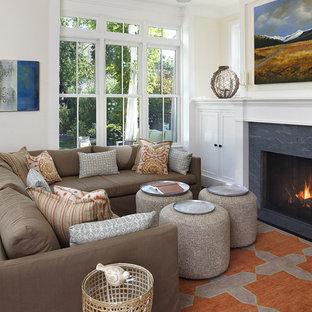 Inspiration för klassiska vardagsrum, med beige väggar, en standard öppen spis och flerfärgat golv