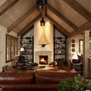 Immagine di un soggiorno stile rurale aperto con parquet scuro e nessuna TV
