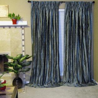 ニューオリンズの中くらいのトランジショナルスタイルのおしゃれな独立型リビング (ベージュの壁、カーペット敷き、標準型暖炉、タイルの暖炉まわり、据え置き型テレビ) の写真