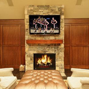 Ispirazione per un soggiorno classico con TV a parete