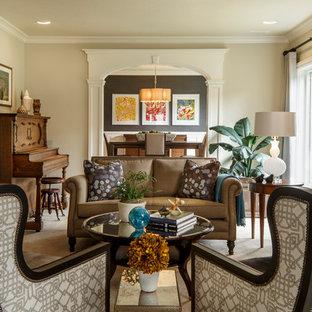 Ejemplo de salón con rincón musical cerrado, tradicional, sin televisor, con paredes beige