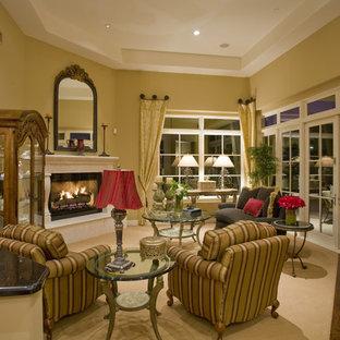 フェニックスのトラディショナルスタイルのおしゃれなリビング (黄色い壁、コーナー設置型暖炉、テレビなし) の写真