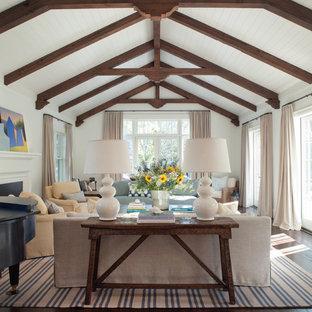 Diseño de salón tradicional con paredes blancas y suelo de madera oscura