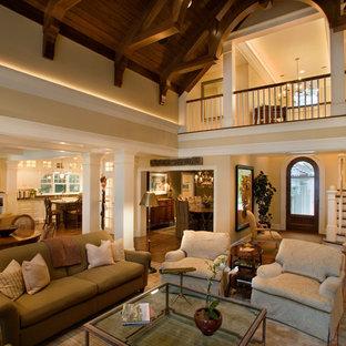 Bild på ett mycket stort vintage vardagsrum, med beige väggar