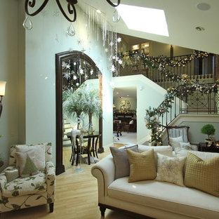 Idee per un soggiorno classico di medie dimensioni e aperto con pareti blu, parquet chiaro, parete attrezzata e pavimento beige