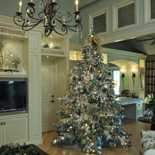 Foto di un soggiorno chic di medie dimensioni e aperto con pareti blu, parete attrezzata e parquet chiaro