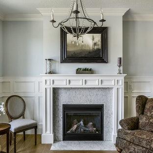 Cette photo montre un salon chic avec un mur gris et un manteau de cheminée en carrelage.