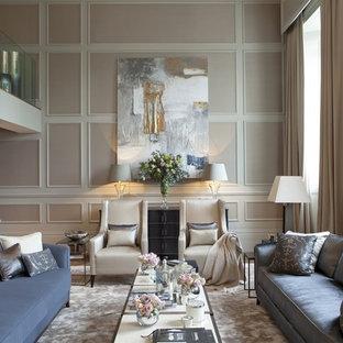 Idéer för vintage vardagsrum, med beige väggar och mellanmörkt trägolv