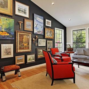 Klassisches Wohnzimmer mit schwarzer Wandfarbe und braunem Holzboden in Seattle