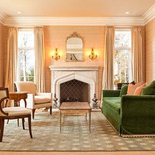 Aménagement d'un salon classique avec une salle de réception, une cheminée standard, un manteau de cheminée en pierre et un mur beige.