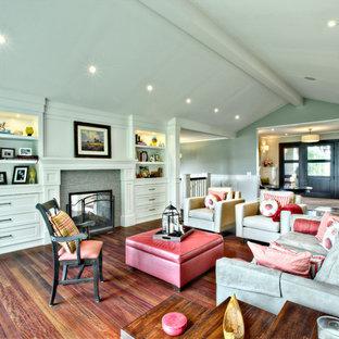 Imagen de salón tradicional renovado con paredes verdes y chimenea de doble cara