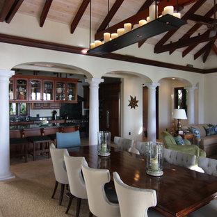Offenes Landhaus Wohnzimmer mit beiger Wandfarbe in Sonstige