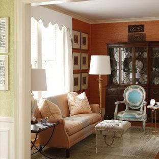 Esempio di un soggiorno classico con sala formale, pareti arancioni e parquet chiaro