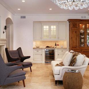 ニューヨークの大きいトランジショナルスタイルのおしゃれなLDK (フォーマル、白い壁、トラバーチンの床、標準型暖炉、石材の暖炉まわり、壁掛け型テレビ) の写真