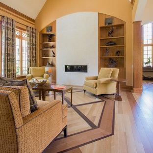 Modelo de salón para visitas de estilo americano, sin televisor, con parades naranjas, suelo de madera en tonos medios y chimenea lineal