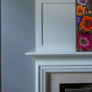 シカゴの広いトランジショナルスタイルのおしゃれなLDK (グレーの壁、標準型暖炉、木材の暖炉まわり) の写真