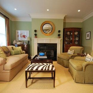 Idee per un soggiorno tradizionale di medie dimensioni e chiuso con sala formale, pareti verdi, parquet scuro, camino classico, cornice del camino in pietra e pavimento marrone