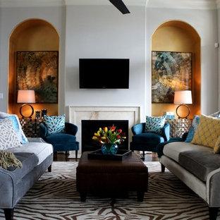 ヒューストンの広いトランジショナルスタイルのおしゃれなリビング (フォーマル、グレーの壁、無垢フローリング、標準型暖炉、壁掛け型テレビ) の写真